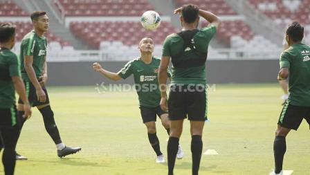 Riko Simanjuntak tengah mengontrol bola dalam sesi latihan