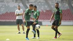 Indosport - Stefano Lilipaly tengah mengontrol bola dalam sesi latihan di GBK.