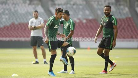 Stefano Lilipaly tengah mengontrol bola dalam sesi latihan di GBK.