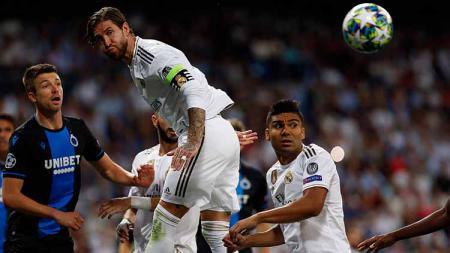 Sergio Ramos berhasil mengamankan bola lewat sundulannya - INDOSPORT