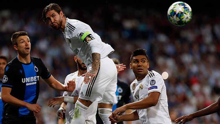 Sergio Ramos berhasil mengamankan bola lewat sundulannya Copyright: Manu Reino/SOPA Images/LightRocket via Getty Images
