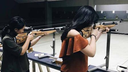 Anggota DPR terpilih, Puteri Komarudin tampak serius saat belajar menembak bersama rekannya.