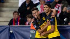 Indosport - Pemain Real Madrid, Achraf Hakimi (kanan), buka suara soal masa depannya ketika nanti habis masa peminjaman di Borussia Dortmund.