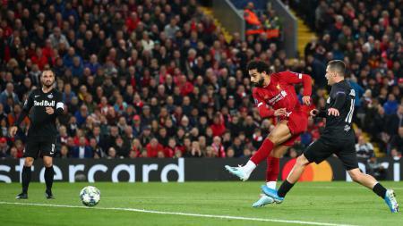 Aksi Mohamed Salah mencetak gol di laga Liga Champions Liverpool vs Salzburg, Kamis (03/10/19). - INDOSPORT