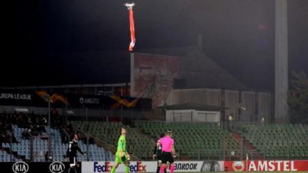 Pertandingan Dudelange vs Qarabag terhenti karena sebuah drone dengan bendera Armenia, Jumat (04/10/19) dini hari WIB. - INDOSPORT