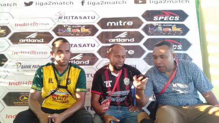 Elie Aiboy (tengah) saat konferensi pers usai laga menghadapi Persis Solo - INDOSPORT