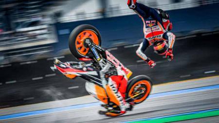 Betapa mengerikannya kecelakaan yang dialami oleh pembalap Honda, Marc Marquez saat beraksi di MotoGP Spanyol. Hal itu bisa dilihat dari video slow motion. - INDOSPORT