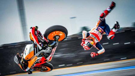 Pembalap Repsol Honda, Marc Marquez, mengalami kejadian tak terduga saat beraksi di MotoGP Spanyol yang dilangsungkan pada hari ini, Minggu (19/07/20). - INDOSPORT