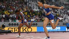 Indosport - Pelari Amerika Serikat, Dalilah Muhammad (nomor punggung 4) mendapatkan medali emas di nomor lari rintangan 400 m putri dalam Kejuaraan Dunia 2019 di Qatar