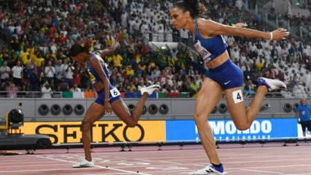 Pelari Amerika Serikat, Dalilah Muhammad (nomor punggung 4) mendapatkan medali emas di nomor lari rintangan 400 m putri dalam Kejuaraan Dunia 2019 di Qatar - INDOSPORT