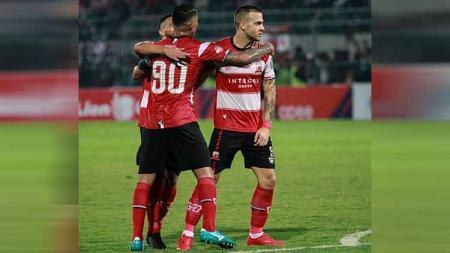 Diego Assis, Beto Goncalves dan Aleksandar Rakic melakukan selebrasi usai cetak gol ke gawang Persib Bandung di pertandingan pekan ke-22 Liga 1 2019, Sabtu (05/10/19) malam WIB - INDOSPORT