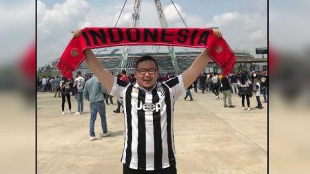 Fans Indonesia yang datang rela ke Turin untuk menyaksikan duel Juventus vs Inter Milan. - INDOSPORT
