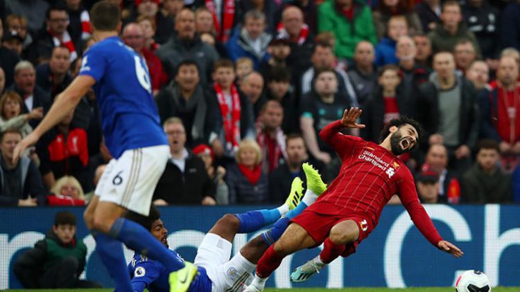Hamza Choudhury (tengah bawah) saat menekel Mohamed Salah Copyright: Clive Brunskill/Getty Images