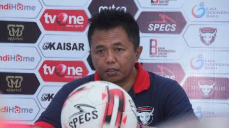 Agus Yuwono, pelatih Madura FC mengeluhkan teror yang dilakukan oknum suporter Persik Kediri. - INDOSPORT