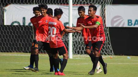 Para pemain Perseden Denpasar saat merayakan gol Made Antha Wijaya ke gawang Putra Tresna di Stadion Kapten I Wayan Dipta, Gianyar, Sabtu (5/10/19) sore. Foto: Nofik Lukman Hakim - INDOSPORT