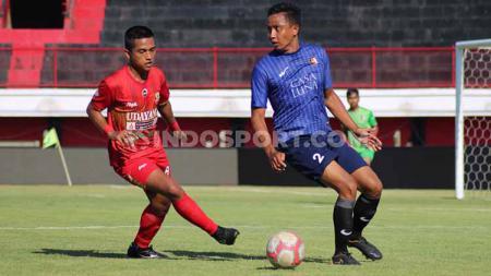Bek Tunas Muda, Ketut Mahendra saat melindungi bola dari kejaran pemain PSAD Udayana dalam babak semifinal  di Stadion Kapten I Wayan Dipta, Gianyar, Sabtu (05/10/19). sore. - INDOSPORT