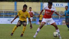 Indosport - PSDS Deli Serdang (baju kuning) bermain imbang tanpa gol atas Binjai United, di laga perdana Pool E Babak 8 Besar Piala Soeratin U-17 zona Sumut 2019 di Stadion Baharuddin Siregar, Lubuk Pakam, Deli Serdang, Sabtu (05/10/2019) sore.
