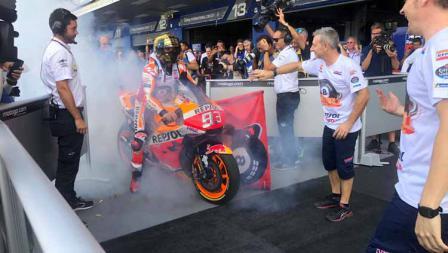 Marc Marquez asapi penonton dan awak media saat merayakan kemenangan podium juara MotoGP Thailand 2019.