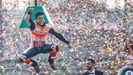 Marc Marquez melakukan selebrasi usai juara dunia MotoGP 2019.