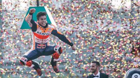 Marc Marquez melakukan selebrasi usai juara dunia MotoGP 2019. - INDOSPORT