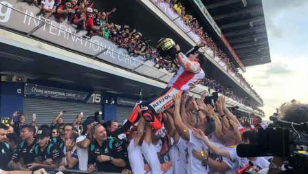 Tim Repsol Honda berusaha melempar Marc Marquez usai menjadi yang tercepat di MotoGP Thailand 2019.