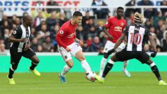 Indosport - Aksi Dalot di laga Liga Inggris Newcastle United vs Manchester United, Minggu (06/10/19)