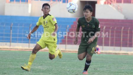 Pemain Bhayangkara FC, Frezy Al Hudaifi (kiri) berebut bola dengan gelandang Tira-Persikabo U-16, Riski Paganta Ginting pada final Elite Pro Academy 2019 di Stadion Sultan Agung, Bantul, Minggu (06/10/19). - INDOSPORT