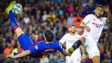 Luis Suarez saat melakukan tendangan salto dalam laga Barcelona vs Sevilla - INDOSPORT