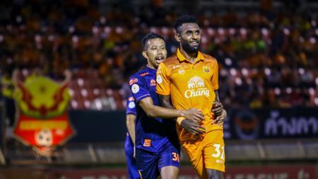 Pemain Sukhothai FC asal Indonesia Yanto Basna ketika dibayangi penggawa lawan. - INDOSPORT