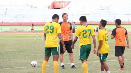 Wolfgang Pikal memimpin latihan skuat Persebaya Surabaya di Stadion Gelora Delta, Sidoarjo. Senin (7/10/19). - INDOSPORT