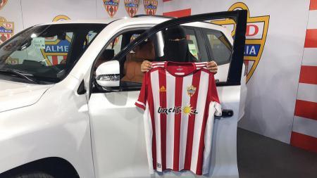 Wanita bercadar mendapatkan hadiah mobil dari klub kasta kedua Liga Spanyol, Almeria. - INDOSPORT