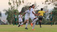 Indosport - Pemain sepak bola Arema wanita melakukan selebrasi melawan Persebaya.