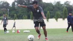 Indosport - Pemain muda Yoga Adiatama Saat Berlatih Bersama PSIS Semarang menjelang laga Liga 1.
