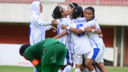 Persib Bandung Putri merayakan kemenangan telak 5-0 atas PSS Sleman Putri di laga perdana Liga 1 Putri 2019, Senin (7/10/19) kemarin. - INDOSPORT