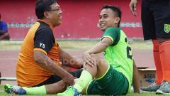 Indosport - Abu Rizal Maulana membagikan ceritanya terkait masa terindah selama 3 musim memperkuat klub Liga 1 Persebaya Surabaya.