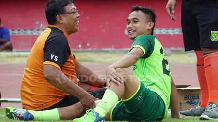 Abu Rizal Maulana mendapatkan perawatan saat latihan di Stadion Gelora Delta, Sidoarjo. Selasa (8/10/19). - INDOSPORT
