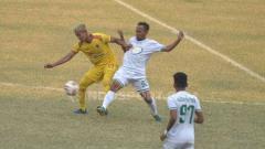 Indosport - Yongki Aribowo berusaha melindungi bola dari pemain Blitar Bandung United.