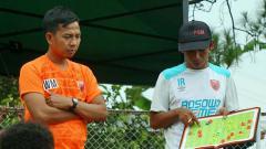 Indosport - Pelatih PSM Makassar U-16, Muhammad Irfan Rahman (putih), memberikan arahan kepada pemainnya.