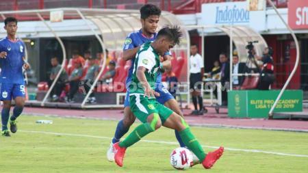 Pertandingan antara Persebaya Surabaya melawan PSIS Semarang pada babak semifinal Elite Pro Academy (EPA) Liga 1 U-20 2019 di Stadion Kapten I Wayan Dipta, Gianyar, Rabu (09/10/19) sore. - INDOSPORT