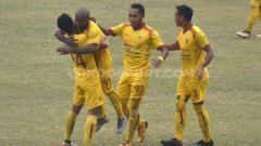 Indosport - Pemain Sriwijaya FC, Yohanis Nabar usai mencetak gol ke gawang Blitar Bandung United.