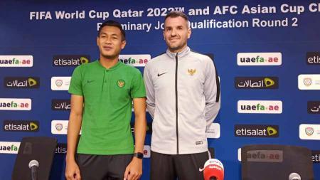 Pelatih Timnas Indonesia, Simon McMenemy bersama bek Timnas Indonesia, Hansamu Yama berpose bersama usai sesi jumpa wartawan sebelum laga menghadapi Uni Emirat Arab. - INDOSPORT