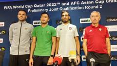 Indosport - Pelatih Timnas Indonesia, Simon McMenemy bersama bek Timnas Indonesia, Hansamu Yama berpose bersama usai sesi jumpa wartawan sebelum laga menghadapi Uni Emirat Arab.