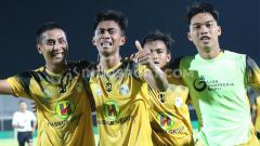 Indosport - Pemain Barito Putera, Kahar Musakkar saat merayakan gol ke gawang Bhayangkara FC dalam babak semifinal Elite Pro Academy Liga 1 U-20 2019 di Stadion Kapten I Wayan Dipta, Gianyar, Rabu (9/10/19) malam.