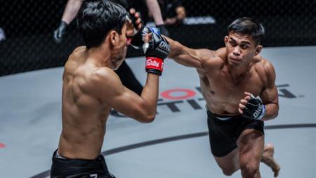 Atlet gulat Indonesia, Eko Roni Saputra (kanan) dalam pertandingan debutnya di ajang One Championship 2019. - INDOSPORT