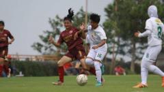 Indosport - Pemain PSM Makassar Putri, Magdalena Unyet (merah), berebut bola dengan pemain Bali United di pertandingan Liga 1 Putri 2019, Rabu (09/10/19) sore.