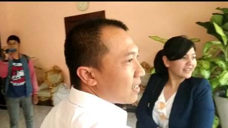 Sekjen PSSI, Ratu Tisha (kanan) di dampingi sekretaris Asprov PSSI Jatim, Amir Burhannudin tiba di rumah dinas Walikota Surabaya membicarakan pertandingan persahabatan Indonesia U-19 vs China U-19. - INDOSPORT