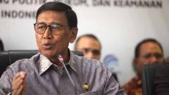 Indosport - Menko Polhukam yang juga menjabat sebagai Ketua Umum PBSI Wiranto mendapat serangan dari orang tidak dikenal di Pandeglang, Banten, Kamis (10/10/19).