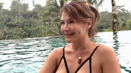 Tengah asik lakukan renang, aktris cantik Indonesia, Tamara Bleszynski sukses mencuri perhatian. Siapa sangka ia lakukan olahraga ini kala berada di Bali. - INDOSPORT