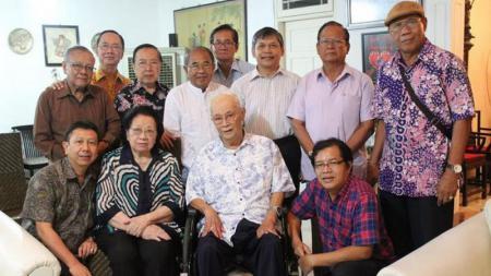 Stanley Gouw (tengah) di acara ulang tahun pernikahannya yang ke-60 tahun. - INDOSPORT