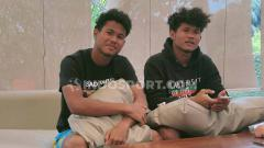 Indosport - Bagas Kaffa (kiri) mendukung penuh saudara kembarnya, Bagus Kahfi (kanan), yang sempat dipanggil ke pemusatan latihan Timnas Indonesia.